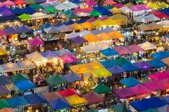 Vista superiore sopra il mercato di notte della città Fotografie Stock