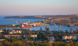 Vista superiore sopra porta industriale di Kerch, Ucraina Immagine Stock