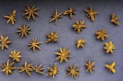 Vista superiore sparsa del seme dell'anice stellato sull'ardesia fotografia stock