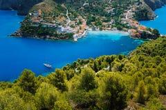 Vista superiore strabiliante al villaggio di Asso con le case locali Posto del punto di riferimento di Kefalonia Yacht bianco sol fotografie stock libere da diritti