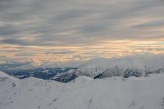 Vista superiore stupefacente dei picchi di alta montagna e del cielo nuvoloso Fotografie Stock Libere da Diritti