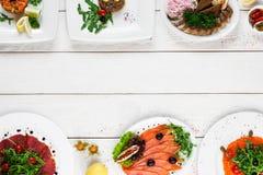 Vista superiore su buffet con varietà dell'alimento, spazio libero Fotografia Stock