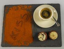 Vista superiore su caffè in una tazza e due muffin saporiti e la parola K fotografie stock