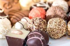 Vista superiore su differente delle caramelle di cioccolato deliziose Fotografie Stock