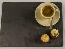 Vista superiore su due bigné dolci, sulla fragola e sul cioccolato cremoso b Fotografia Stock