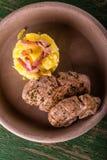 Vista superiore su due parti di filetto di carne di maiale sul piatto e sulle patate dell'argilla Fotografie Stock Libere da Diritti