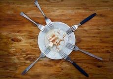 Vista superiore su un piatto con il resti di formaggio bianco, 6 forcelle M. Fotografia Stock Libera da Diritti