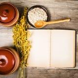 Vista superiore sugli utensili aperti della cucina e del libro di cucina Fotografia Stock Libera da Diritti