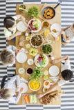 Vista superiore sui bambini che mangiano cena sana durante il compleanno fotografie stock libere da diritti