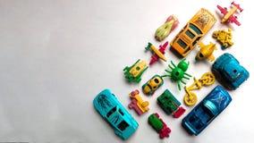 Vista superiore sui giocattoli multicoloured su fondo bianco fotografie stock libere da diritti