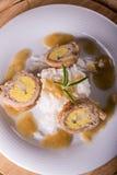 Vista superiore sui polpettoni con l'uovo ed il formaggio sul piatto bianco Fotografia Stock Libera da Diritti