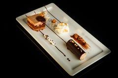 Vista superiore sul dessert delizioso del cioccolato sul piatto di rettangolo immagine stock