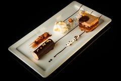 Vista superiore sul dessert delizioso del cioccolato sul piatto di rettangolo fotografia stock