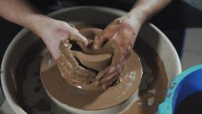 Vista superiore sul lavoro manuale del vasaio con argilla Il vasaio modella il prodotto dell'argilla archivi video