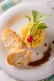 Vista superiore sul piatto con le uova rimescolate con il ravanello rosso Fotografie Stock Libere da Diritti
