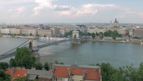 Vista superiore sul ponte di Szechenyi sopra Danubio nella città di Budapest nel giorno di estate archivi video
