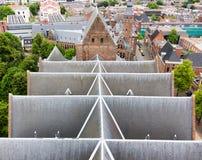 Vista superiore sul tetto di ardesia di una chiesa immagini stock