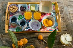 Vista superiore sul vassoio sano della prima colazione sulla tavola di legno Fotografia Stock Libera da Diritti