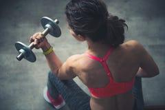 Vista superiore sull'allenamento della donna di forma fisica con la testa di legno nella palestra del sottotetto Immagine Stock Libera da Diritti