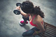 Vista superiore sull'allenamento della donna di forma fisica con la testa di legno nella palestra del sottotetto Immagine Stock