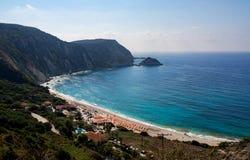 Vista superiore sulla bella spiaggia con chiara acqua del turchese un giorno soleggiato nel Mar Ionio sull'isola di Kefalonia in  immagine stock