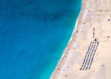 Vista superiore sulla bella spiaggia di Myrtos con acqua ed il ragazzo del turchese sull'isola di Kefalonia nel Mar Ionio in Grec fotografie stock