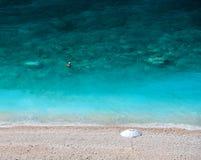Vista superiore sulla bella spiaggia di Myrtos con acqua ed il ragazzo del turchese sull'isola di Kefalonia nel Mar Ionio in Grec fotografie stock libere da diritti
