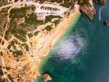 Vista superiore sulla costa dell'Oceano Atlantico, della spiaggia e delle scogliere in Praia de Marinha, Algarve Portogallo fotografia stock libera da diritti