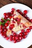 Vista superiore sulla singola parte di dolce della frutta sul piatto bianco Immagini Stock