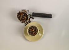 Vista superiore sulla tazza crema con i chicchi di caffè e lo strumento immagini stock libere da diritti