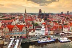 Vista superiore sulla vecchi città di Danzica e fiume di Motlawa, Polonia al tramonto Fotografia Stock