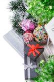 Vista superiore sulle scatole e sul lamé del regalo di Natale Fotografia Stock Libera da Diritti