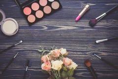 Vista superiore una collezione di trucco cosmetico e di fiore sul fondo di legno della tavola Immagini Stock Libere da Diritti