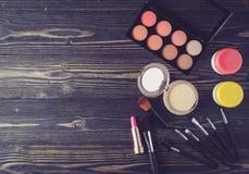 Vista superiore una collezione di trucco cosmetico sul fondo di legno della tavola Fotografia Stock Libera da Diritti