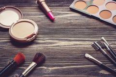 Vista superiore una collezione di trucco cosmetico sul fondo di legno della tavola Immagine Stock Libera da Diritti