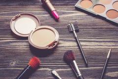 Vista superiore una collezione di trucco cosmetico sul fondo di legno della tavola Fotografie Stock Libere da Diritti