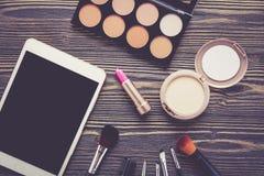 Vista superiore una collezione di trucco cosmetico sul fondo di legno della tavola Fotografie Stock