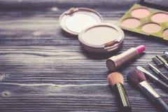 Vista superiore una collezione di trucco cosmetico sul fondo di legno della tavola, concetto cosmetico di modo dei prodotti Fotografia Stock Libera da Diritti
