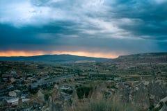 Vista superiore Una piccola città autentica ha chiamato Goreme in Cappadocia in Turchia nella sera Cielo notturno drammatico, tra fotografia stock