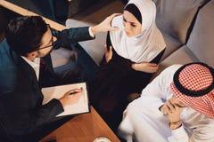 Vista superiore Uno psicoterapeuta incoraggia la donna araba fotografia stock libera da diritti