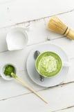 Vista superiore verticale del latte di matcha del tè verde immagini stock libere da diritti