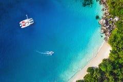 Vista surpreendente ao iate na baía com praia - zangão Imagem de Stock Royalty Free