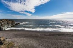 Vista surpreendente ao litoral fantástico de Islândia foto de stock