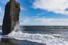 Vista surpreendente ao litoral fantástico de Islândia foto de stock royalty free