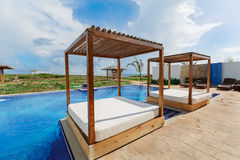 Vista surpreendente bonita lindo dos termas com camas confortáveis, piscina e atmosfera de relaxamento Foto de Stock