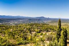 Vista surpreendente da cidade de Tourtour, França Fotos de Stock Royalty Free
