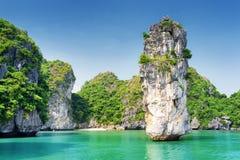 A vista surpreendente da coluna da rocha e os azuis celestes molham na baía longa do Ha fotografia de stock