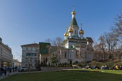 Vista surpreendente da igreja dourada do russo das abóbadas em Sófia, Bulgária imagens de stock