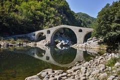 Vista surpreendente da montanha da ponte, do Rhodopes do ` s do diabo e do rio de Arda, Bulgária Fotos de Stock Royalty Free