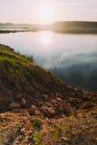 A vista surpreendente das montanhas cercadas pelo rio e pela floresta Foto de Stock Royalty Free